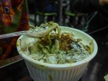 Ash -säuerliche und dicke Mehlsuppe mit Nudeln, Grünzeug